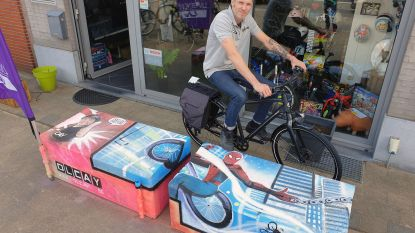Graffiti-artiest fleurt betonblokken voor fietsenwinkel Olcay op