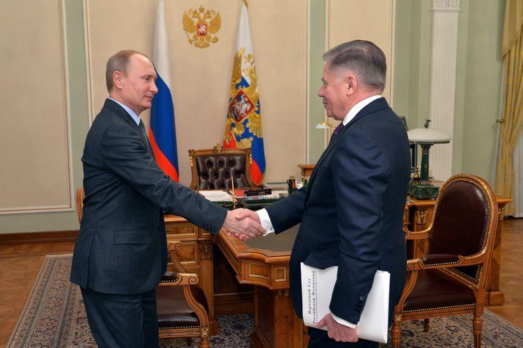 Gisteren ontmoette Poetin Vyacheslav Lebedev, de voorzitter van het Russische Hooggerechtshof. Waarnemers vragen zich af of de foto van het treffen wel echt genomen is op die dag. Beeld EPA