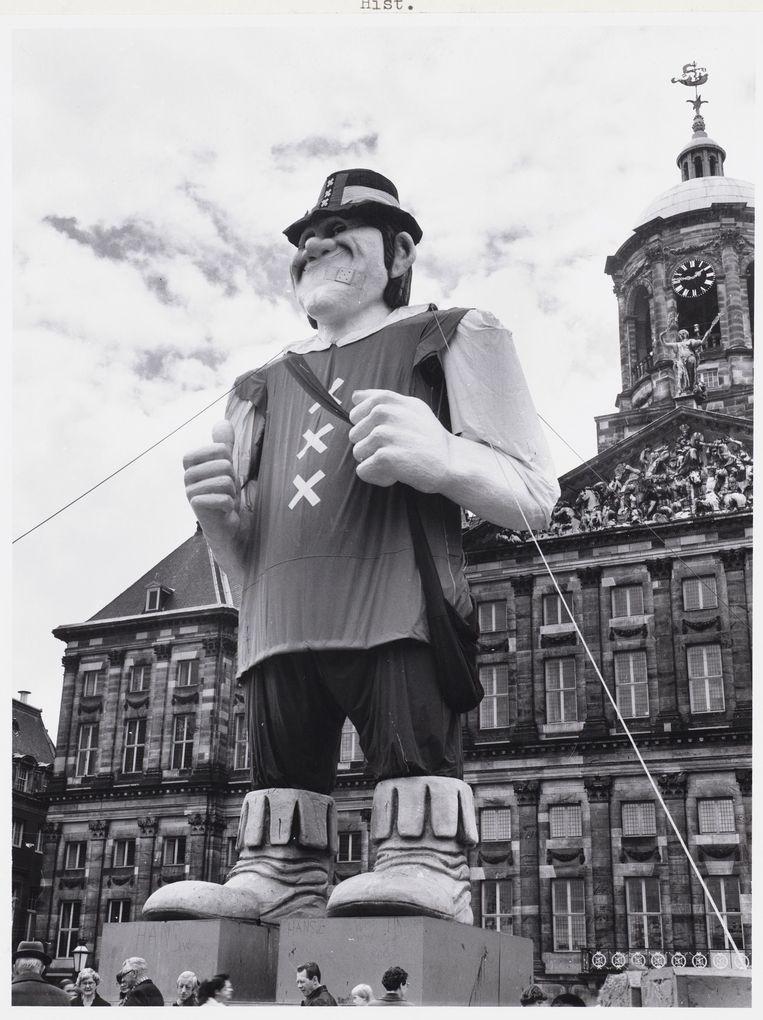 De reus die reclame maakte voor 'Amsterdam Reuzestad'. Beeld Stadsarchief Amsterdam
