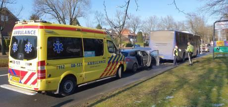 Man en kinderen ongedeerd na botsing met stadsbus op Annastraat