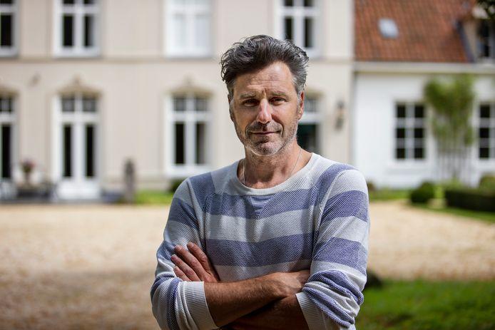 Acteur Frederik Brom op de binnenplaats van Eyckenlust in Beek en Donk.