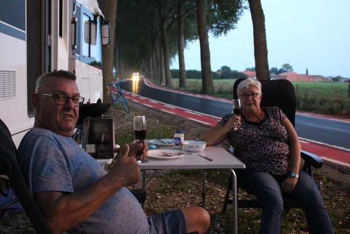 Marc Van Gijsegem (58) en echtgenote Marianne (62) staan met hun camper vlak naast het parcours