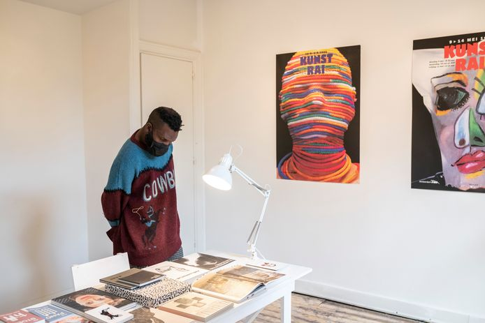 De expositie 'BOEKen DELEN' presenteert de boekencollectie van grafisch ontwerper Anthon Beeke.