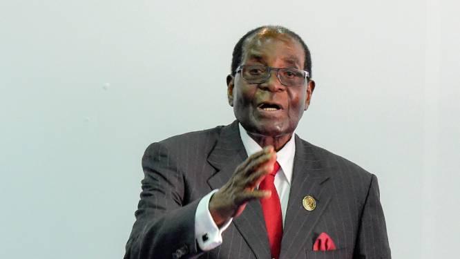 Twintig personeelsleden, drie auto's, privéjet en huis: rijkelijk pensioen voor Robert Mugabe