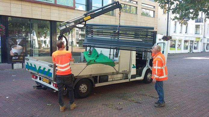 Medewerkers van de gemeente Arnhem verwijderen de laatste bank van het Gele Rijdersplein voor de Lazio Roma-fans komen.