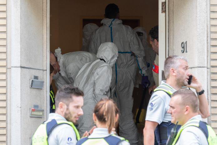 Labo en politie waren dinsdagavond druk in de weer in het appartementsgebouw waar de feiten zich voordeden.