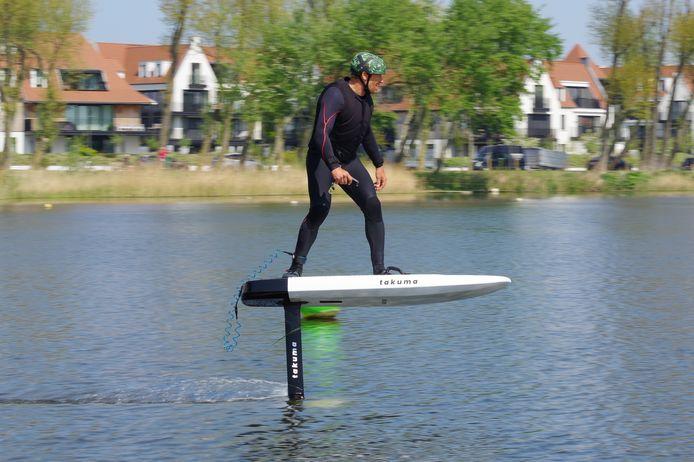 De E-foil, een surfboard met een elektrische aandrijving en draagvleugel.