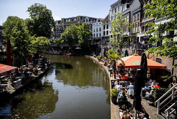 Bezoekers op volle terrassen langs de Oudegracht. Moet Utrecht de komende decennia doorgroeien naar 450.000 inwoners?