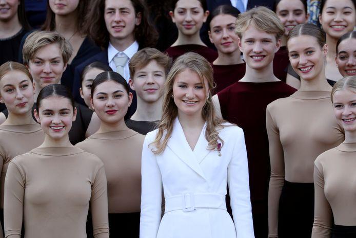 Elisabeth poseert met dansers die optraden op haar verjaardagsfeest