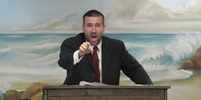 Steven L. Anderson verkondigt zijn geloof met gestrekt been. Volgens de leider van de Faiithful Word Baptist Church mogen homo's, lesbiennes en transgenders worden geëxecuteerd. Hij ontkent de Holocaust.