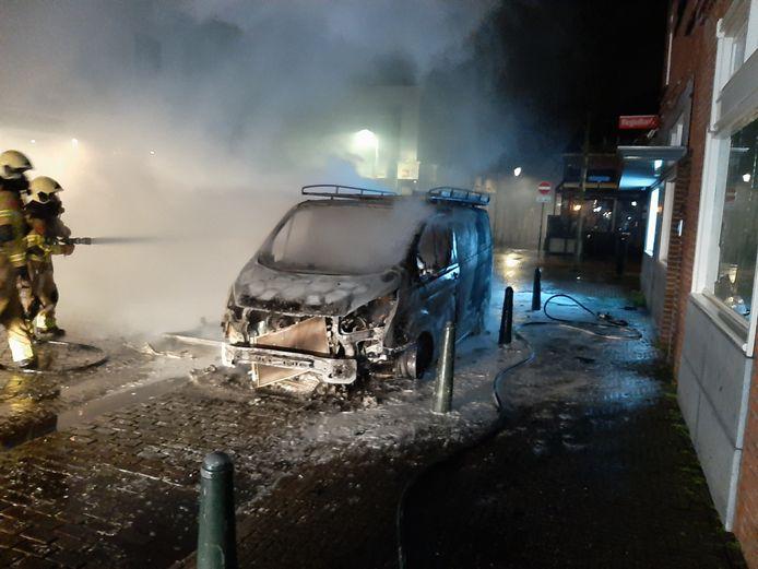 Een bestelbus is in de nacht van maandag op dinsdag uitgebrand in de Geert Vinckestraat in Steenbergen.