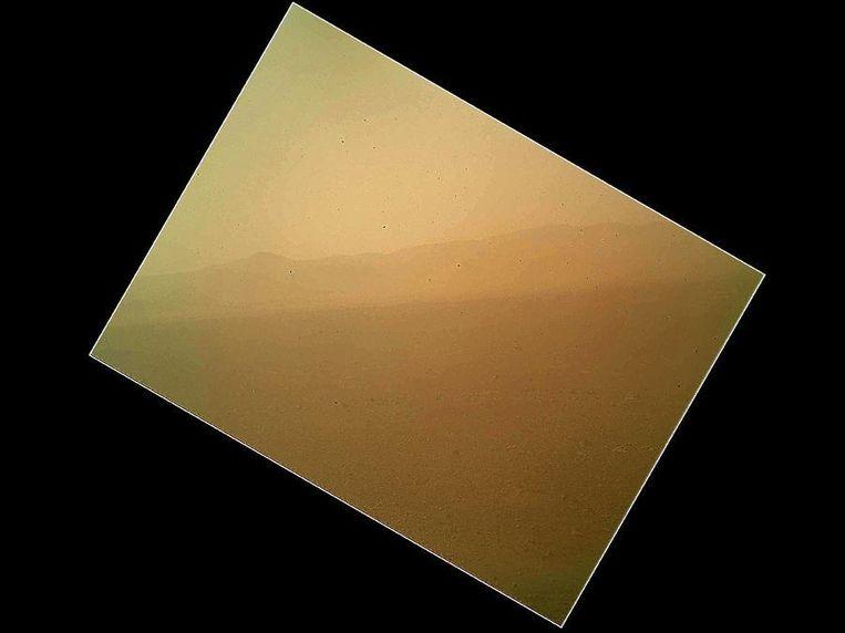 De eerste kleurenfoto van Mars, gemaakt door Curiosity. Beeld Nasa
