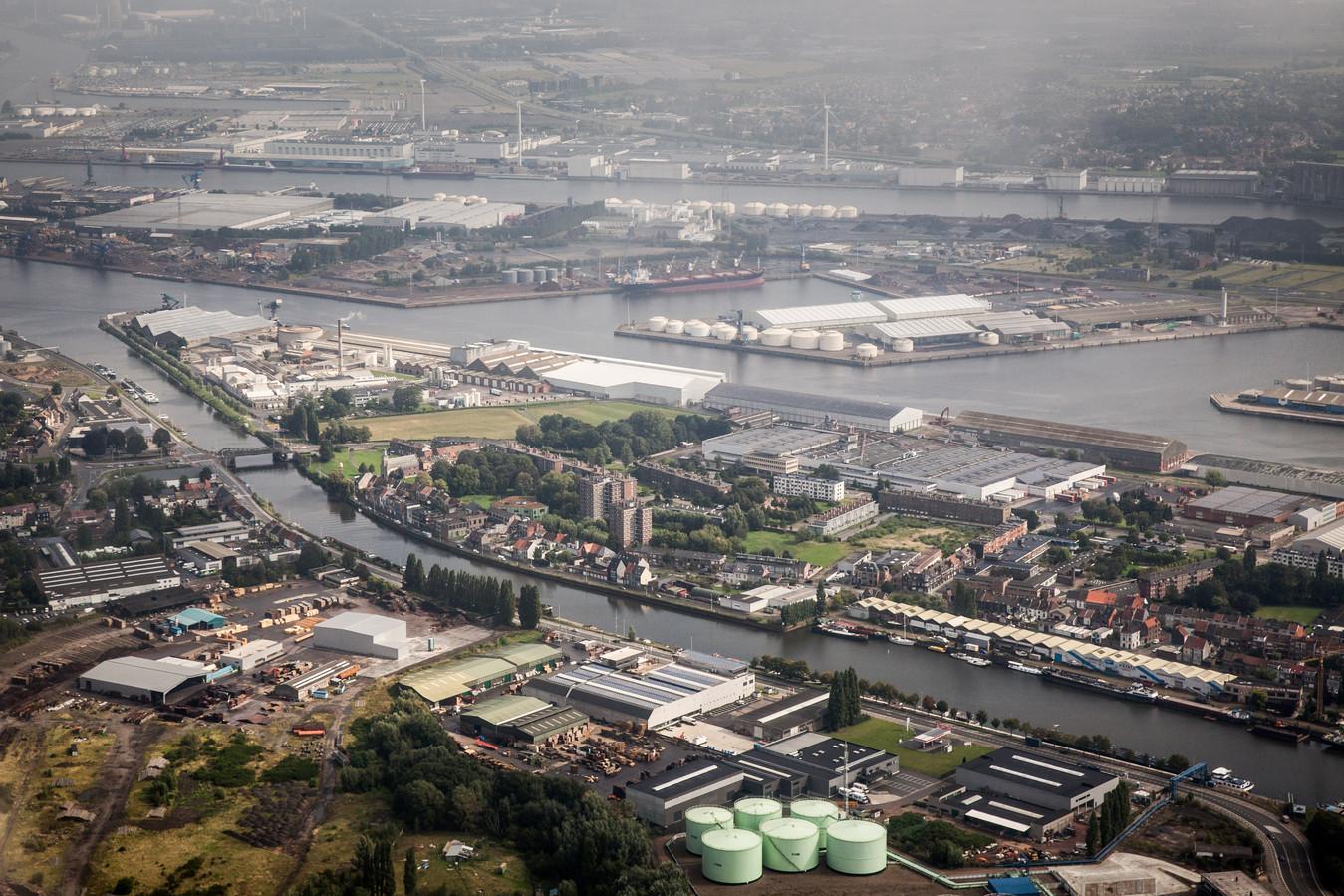 """""""In Oost-Vlaanderen zit je met vrij stabiele sectoren, zoals bijvoorbeeld de haven"""", zegt arbeidsmarktspecialist Stijn Baert (UGent)."""