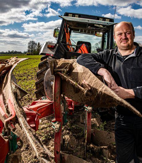 Loonwerker Adriaan Grandia is helemaal klaar met de ooievaars die kievitsnesten kapotmaken in Terwolde