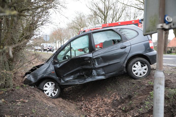 Een Volkswagen belandde in een sloot naast de N348 bij Lemelerveld.