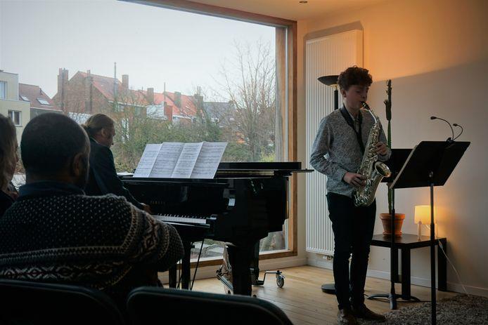 Valentijn Lievens speelde saxofoon in zijn eigen woonkamer.