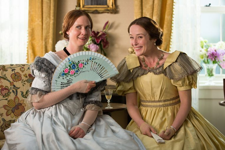 ► Cynthia Nixon (l.) als Emily Dickinson, hier met actrice Jennifer Ehle, die de rol van haar zus Vinnie vertolkt. Beeld Photo News