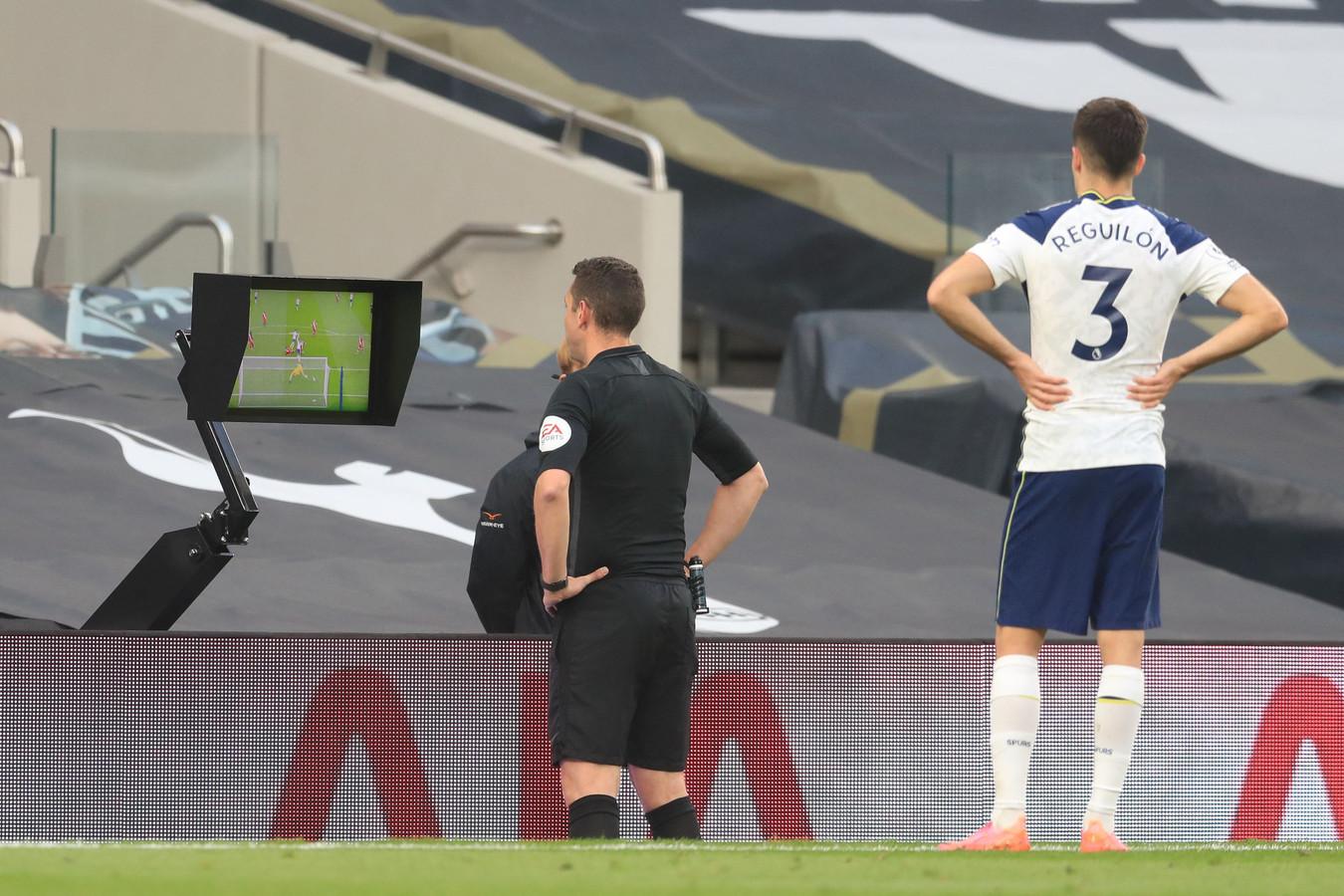 De scheidsrechter bekijkt de goal van Son terug. Hij besluit de treffer af te keren wegens buitenspel.