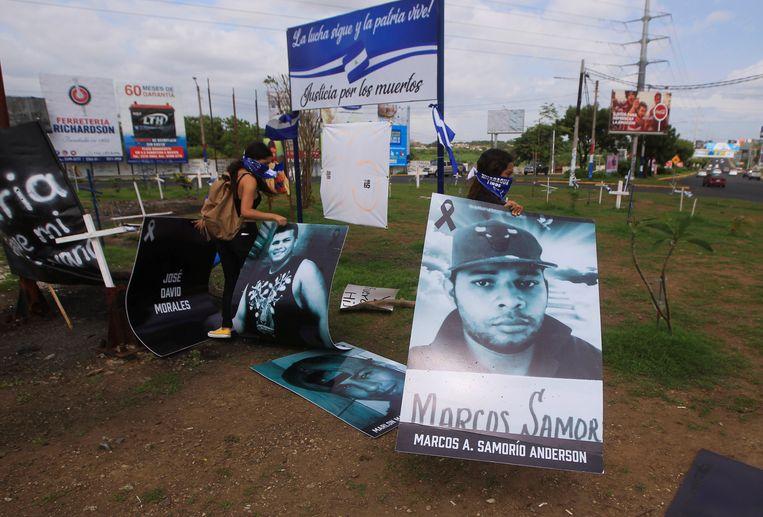 Demonstranten plaatsen borden met foto's van de tieners die de afgelopen dagen zijn omgekomen bij de protesten. Beeld REUTERS