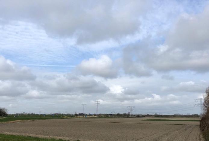 Wiskerke Onions en fritesproducent LambWeston/Meijer willen de akkers tussen de Oude Rijksweg en de spoorlijn vol leggen met zonnepanelen. Tegelijk willen de bedrijven daar zoet water opslaan.
