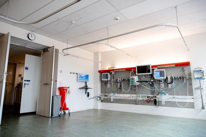 Een kamer in het Tergooi ziekenhuis wordt ingericht als extra intensive care kamer. In de IC-kamer kunnen vier coronapatienten opgenomen worden.
