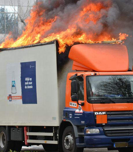 Vrachtwagen met accu's en spuitbussen volledig in brand gevlogen in Breda, brand onder controle