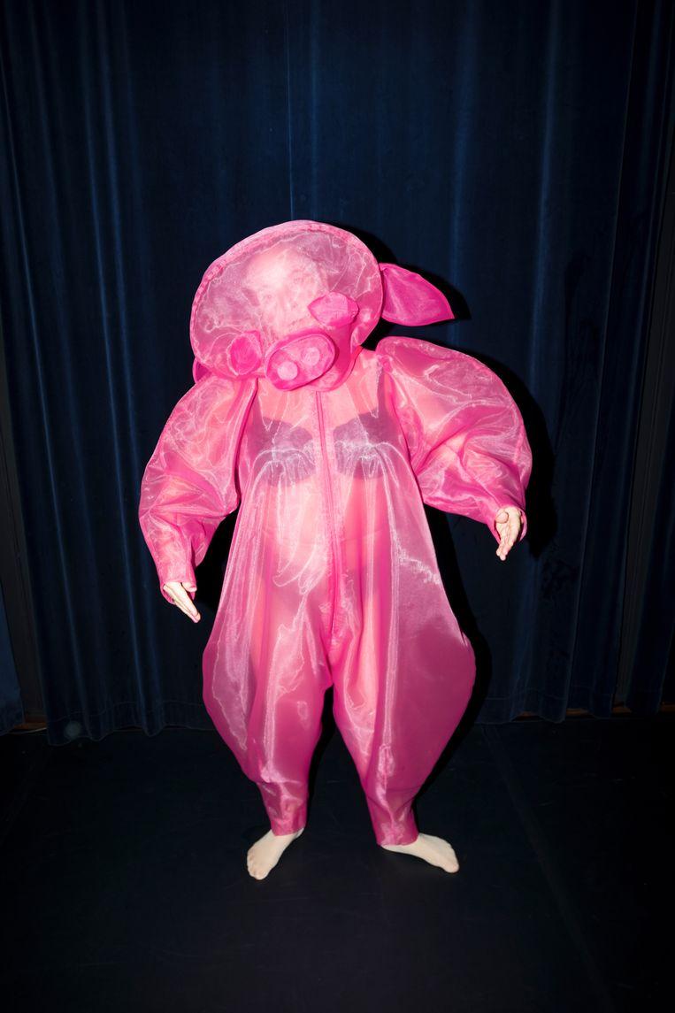 Manja Topper in het laatse kostuum, een soort bodybag met varkenskop.  Beeld Marc Deurloo