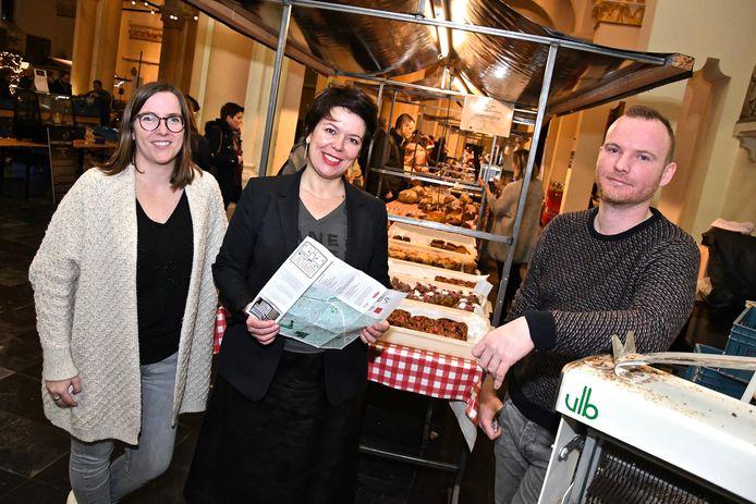 Schepen Hostekint lanceert de Enchantékaart samen met Thomas Goethals en Annelies Vanderportaele, trekkers van het initiatief.