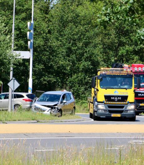 Twee auto's botsen op elkaar in Oldenzaal