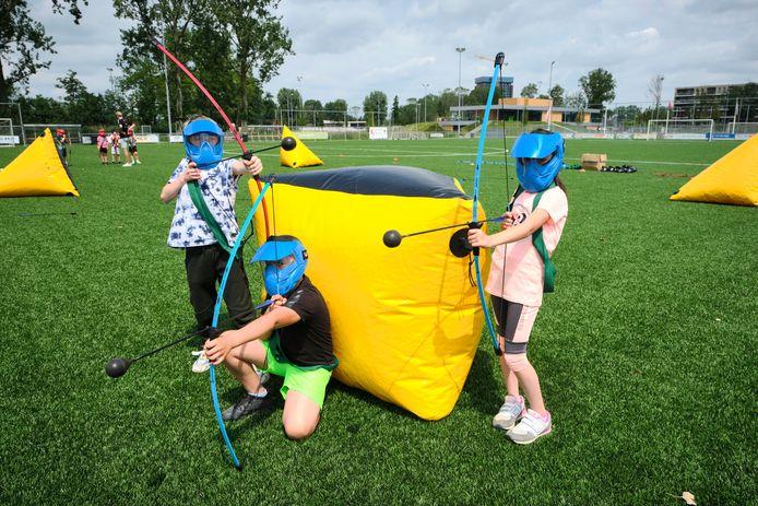 De start van de sportzomer in Schiedam is een feit: deelnemende kinderen krijgen uitleg over het spel Fortnite.