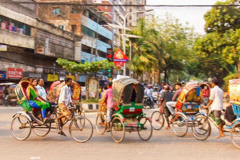 In Dhaka rijden een miljoen fietsriksja's rond, die vaak rijkelijk zijn gedecoreerd. Beeld null