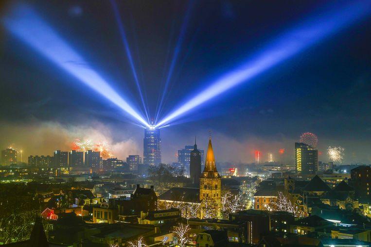 2021-01-01 00:08:16 ENSCHEDE - Een lichtshow van licht- en laserstralen vanuit de Alphatoren boven het centrum van de stad. Als alternatief voor de door corona afgelaste traditionele vuurwerkspektakels bieden sommige gemeenten hun inwoners licht- of droneshows. ANP VINCENT JANNINK Beeld ANP