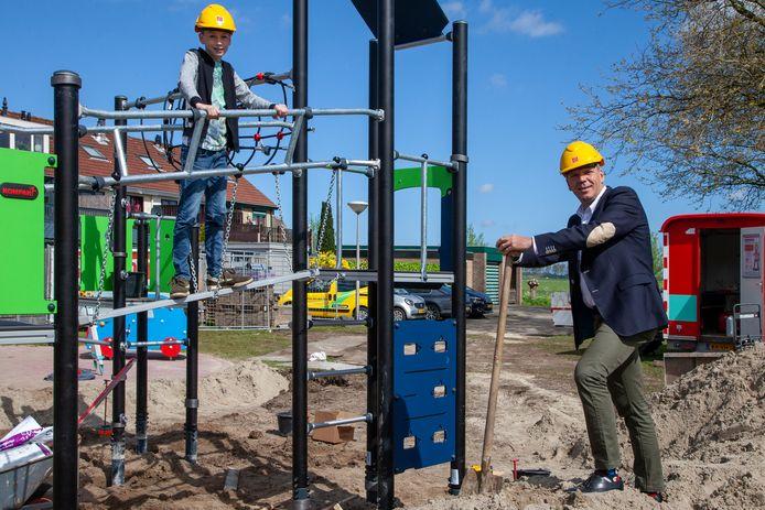 Speeltuin-ontwerper Jaylen van der Meer (l) laat wethouder Gert-Jan Schotanus de speeltuin in aanbouw zien.
