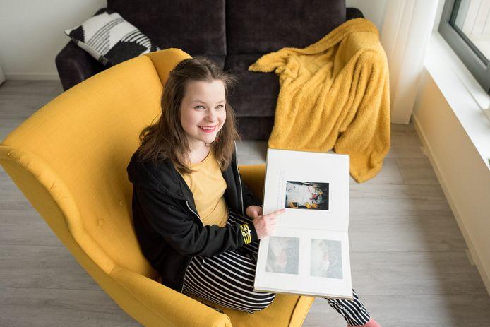 Amber Bontekoe bekijkt foto's van haar geboorte.
