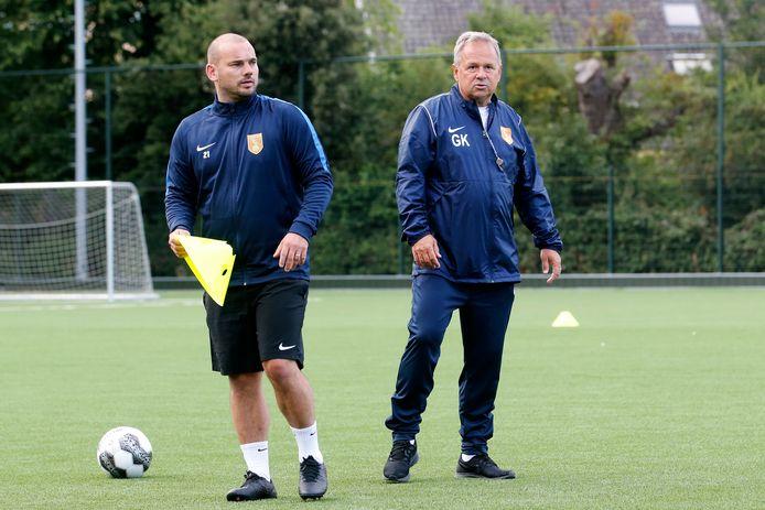 Gert Kruys (rechts) op het veld bij DHSC, links Wesley Sneijder.
