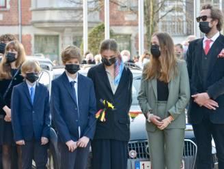 Familie neemt afscheid van Leopold Lippens en houdt halt bij stadhuis, waar Last Post weerklinkt