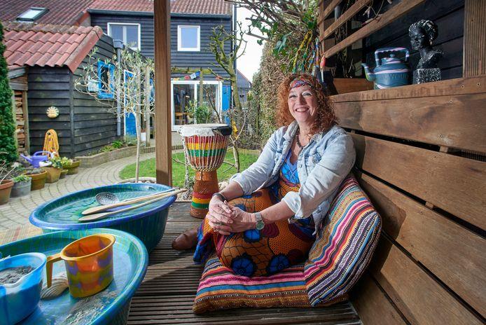 Carla Steenman uit Oss is bij toeval terechtgekomen in Afrika om er als kleuterjuf vrijwilligerswerk te doen.