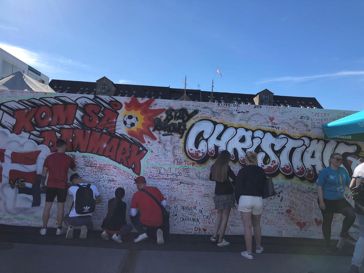 Voor de onfortuinlijke Christian Eriksen werd aan de haven in Kopenhagen een graffitimuur geïnstalleerd waarop de supporters de voetballer een spoedig herstel kunnen wensen.