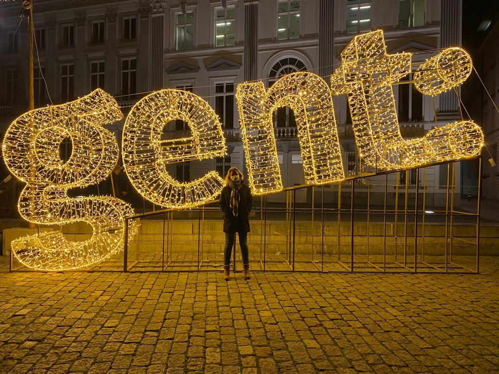 Schepen Sofie Bracke bij de lichtgevende letters