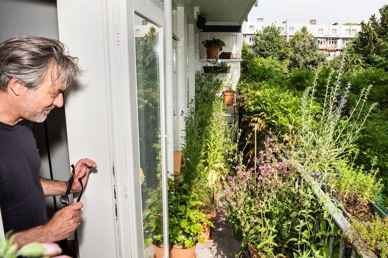 Caspar Janssen en zijn balkon. Beeld Simon Lenskens