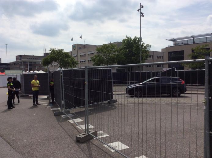 Deze Belg had zijn auto geparkeerd in de garage vóór de opbouw van het festival. Mensen van de organisatie helpen hem door de weg vrij te maken.