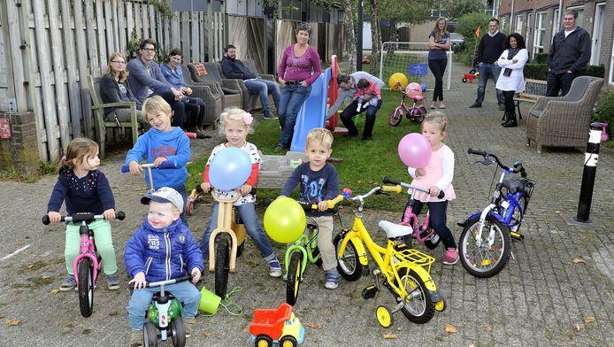 Op de plaats waar deze kinderen poseren, is de ondergrondse afvalcontainer gedacht. Leontien Valkhof leunt tegen de speelgoedglijbaan.