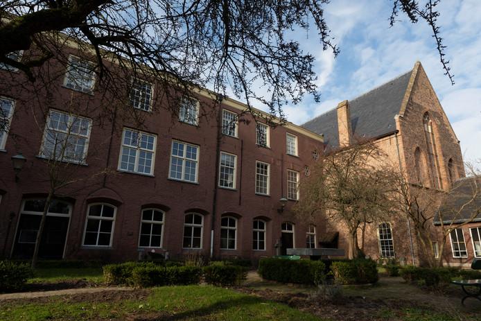 Het Broederenklooster in Zutphen. Afgelopen maart begon de verbouwing van het voormalige museum tot een boutiquehotel. Dit is de achterzijde met de tuin van het klooster.