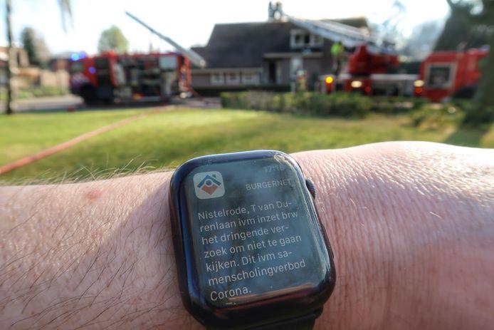 In de omgeving krijgen mensen via een Burgernetmelding een oproep om niet te gaan kijken bij de brand wegens coronamaatregelen.