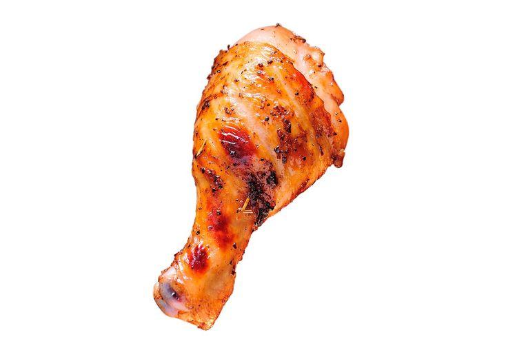 De kip gaart langzaam, waardoor het vlees mals wordt en loskomt van het bot Beeld -