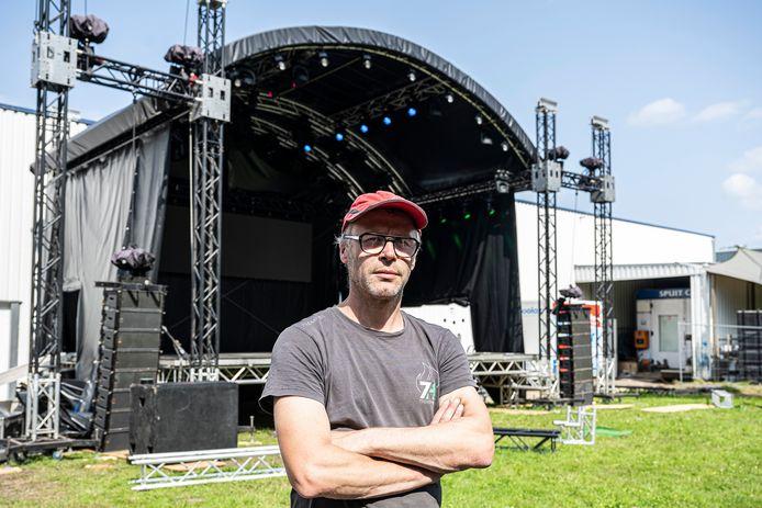 Tom Van Landeghem van Art of Confusion, bij de opbouw van het podium in The Garden.