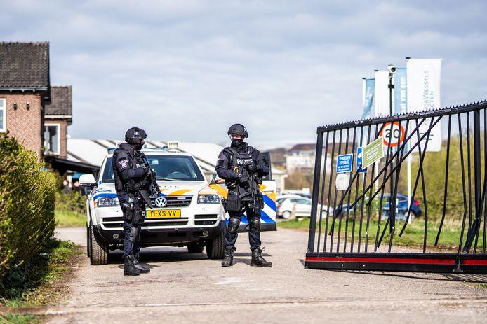 Bewaking van gevonden drugslab in Meinerswijk.