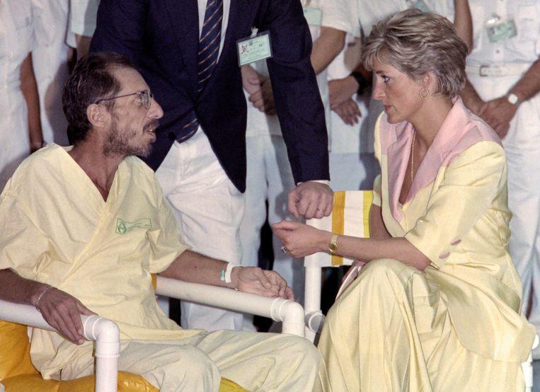 In 1991 was 'The People's Princess' een van de eerste bekende Britten die een openlijke aidspatiënt omhelsde. Beeld AFP