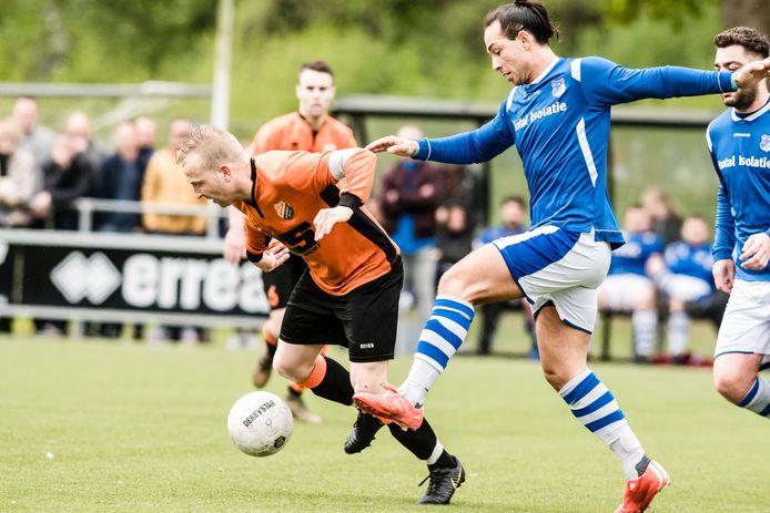 Desmond  Holtman (links) voor Sportlust Glanerbrug in actie tegen de club waar hij naartoe gaat: Eilermark.
