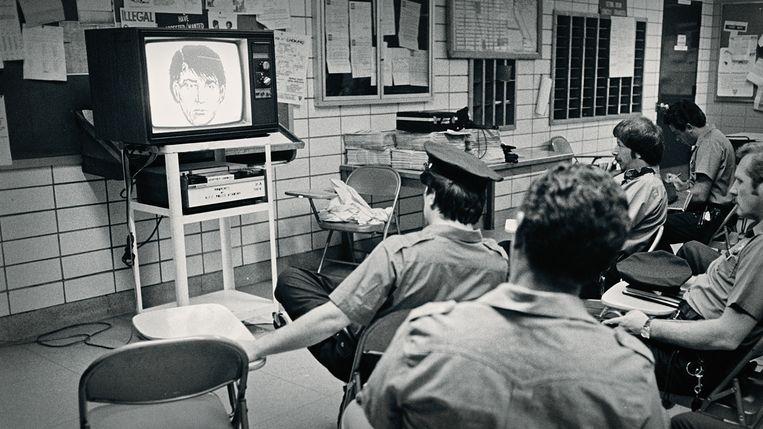 New Yorkse politieagenten wordt een compositietekening van 'Son of Sam' getoond. Beeld Netflix